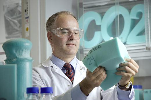 Dr. Christoph  GŸrtler begutachtet den Schaumstoff, der aus recycelten CO2 gewonnen wurde